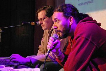 Pons presenta el proyecto PALP. Cristal en la notebook. Fuera de la foto, Bawden musicaliza y Cortés atiende al público.