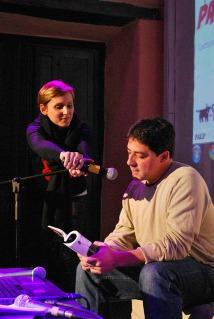 Daniela Bobbio acomoda el micro. Lee Fernando Montes de Oca, autor de PALP #2.